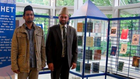 Misjonær Haroon Chaudhry og imam Shahid Mahmood Kahloon på plass på Porsgrunn bibliotek.