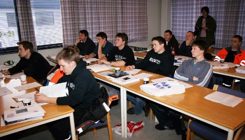 NY UNDERVISNINGSMODELL: De 13 studentene har fått teoriundervisning etter metoder som er nye i Europa.
