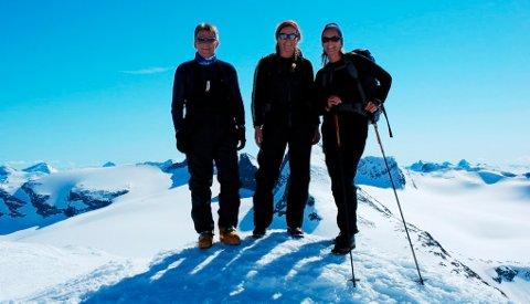 Posering på toppen av Veslbreatinden (2.092 meter). Artikkelforfatteren til venstre.