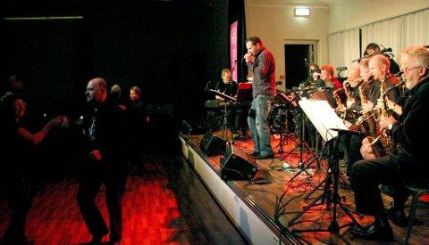 FLORØ STORBAND: Florø Storband i aksjon på Jazz på Jølst laurdag kveld og natt.  Vokalist Leif Helge Sande i front. Foto: Arve Solbakken