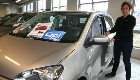 RIMELIG ALTERNATIV: En liten VW Up med noe utstyr får man for rundt 160.000 kroner, opplyser Merete Bakken ved Møller Bil. Men selv en slik småbil har en årlig kostnad på godt over 60.000 kroner, ifølge tall vi har fått fra Opplysningsrådet for veitrafikken.