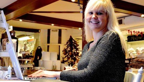 Butikk i butikken: Margit Ødenes sitter gjerne i butikklokalene i Åmot og røkter nettbutikken.