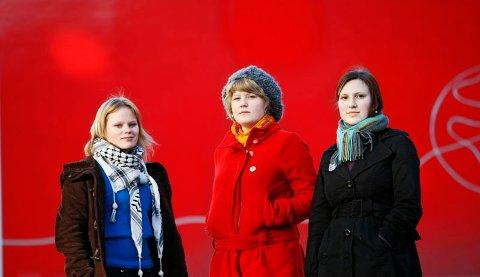 Maria Halvorsen (med skjerf), Lone Lunemann Jørgensen (rød jakke) i Rødt i Bergen, og leder i Rød ungdom, Sofie Marhaug, mener at kritikerne av Torstein Dahle er få (14.02.2008).