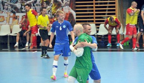 UEFA FUTSAL CUP: Tor Christian Klaussen jubler for poeng og avansement sammen med keeper Kenneth Rakvaag i fjorårets kvalikrunde i UEFA Futsal Cup i Serbia. Vegakameratene gikk til hovedrunden, og i år er de direkte kvalifisert.(Foto: Ida Malene Hassel Øveråsen,
