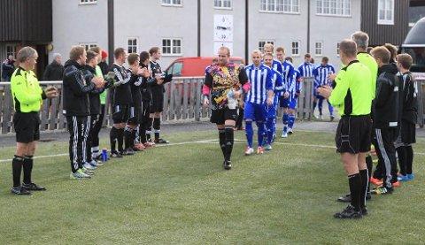 Røros-spillerne stod æresvakter og hedret serievinnerne Kvik før kampstart.