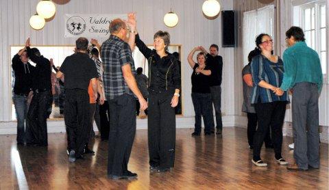 KURSER HUNDREVIS: Anne Reidun Tvenge og Bernt Einar Øen kurser valdriser i swingdans. I fjor hadde Valdres swingklubb hele 22 deltakere på sju kurs.FOTO: Kristin Rogne