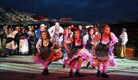 Lys, lyd, dansere og korister er med på å gjøre årets «Donna bacalao» til den kklart beste. (Foto: Bjørn Hansen)