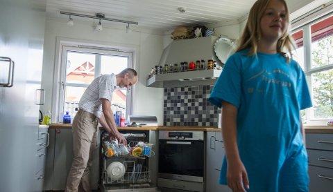 PLUSSENERGI: Thor Christian Tuv tar ut av oppvaskmaskinen, mens datteren Ragni Linn spaserer ut i stua for å se på tv. På en dag med gode solforhold produserer solcellene på taket energi nok for dette og mer til. Overskuddet går ut på strømnettet.  ALLE FOTO: Berit Roald / NTB Scanpix