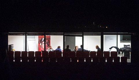 Her sitter Brann-styret samlet på Stadion. Bildet er tatt i 2245-tiden, nesten elleve timer etter at møtet startet. Fra venstre: Krister Hoaas, Åshild Samnøy, Cato Guntveit, skjult bak ham Liv Grete Skjelbreid, Mette Nora Sætre, Henrik Lie-Nielsen og styreleder Rolf Barmen.