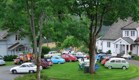 FOLKSOMT: 45 biler møtte fram til Treff til Tusen på Dal gård i Hærland. Men årets arrangement var det siste på disse kanter.  FOTO: Jørgen Dahl