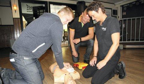 HJERTEKURS: Kim Rustad (t.v.) kurses i bruk av hjertestarter, her sammen med Beate Rustad og Kennet Rustad. FOTO: Linda Ingier
