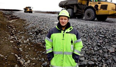 BYGGER: Sivilingeniør Johnny Bäck er byggeleder for det store veiprosjektet ved Kiruna. Når stein, pukk og asfalt er på plass vil denne veien                    ha en overbygning på nesten 1 meter og nitti. ? Her blir det ikke et eneste telehiv, garanterer den svenske veiingeniøren..