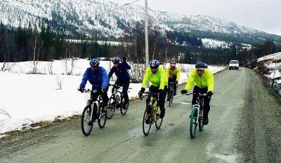 FORSKJELL: Mens kompisene var i Sverige syklet denne gjengen fra MOC på langtur til Fiplingdal. Her er det ikke mulig å komme ut i terrenget. (Foto: Gaute Fjellseth)