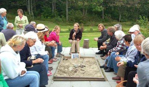 Populært foredrag: Søndag inviterte Kaupangprosjektet igjen til aktiviteter på Kaupang. Publikum både lyttet- og stilte spørsmål til Unn Pedersen. (Foto: Anne Skalleberg Gjerde)