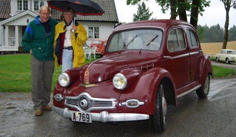 SJELDEN: Hans Hernæs og frue kom fra Oslo med en Panhard Dyna X120 (1952-modell). Det finnes kun åtte av disse bilene i Norge, hvorav fem er kjørbare. Tre eies av Jørgen Dahl på Dal gård i Hærland.  FOTO: Jørgen Dahl
