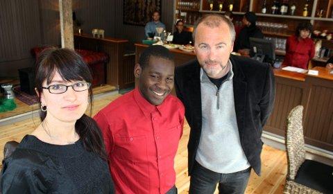 GLAD: Daglig leder ved Kafé Globus, Eva Anzjøn, Hassan Mutumba, og driftssjef i Tromsprodukt, Jørgen Bjørnsborg er glad for å være i sentrum.