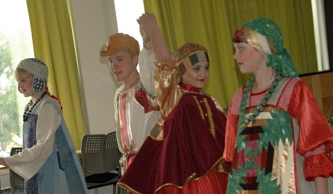 Danserne. Tre jenter og en gutt framførte forskjellige danser i forskjellige drakter. Foto: Gull H. Pedersen