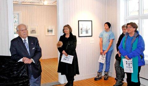 Formidlet en sterk historie: Tidsvitnet Herman Kahn (88) åpnet utstillingen. Historien gjorde sterkt inntrykk på de som besøkte utstillingen.