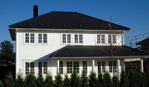 INSPIRERT AV GAMLE DAGER: Med inspirasjon av gamle trehus har fasaden et symmetrisk uttrykk.FOTO: MARIANNE ENGER