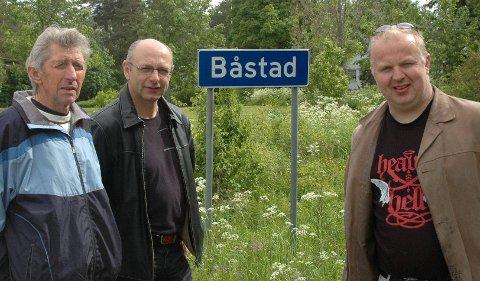 Heia Båstad: Båstingene Kåre Skjennem (t.v.), Knut Baastad og Hans Petter Ringstad gleder seg til å diskutere dialekten sin med språkprofessor Finn-Erik Vinje.
