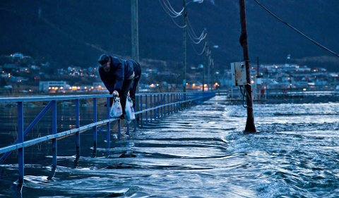 To fiskere måtte ta rekkverket i bruk for å komme seg i land.
