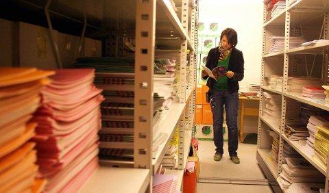 ¿ SYND DE IKKE BLIR BRUKT: Førstekonsulent Inger Eline Buljo med samlingen av samiske læremidler som lagres i kjelleren på Sametinget.