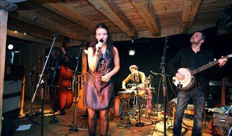 Unni Boksasp og hennes ensemble leverte en flott konsert på Tahiti-brygga onsdag kveld. På banjo Tore Bruvold, perkusjon Petter Berndalen og bass Magne Vestrum. I ensemblet finner vi også Olav Luksengård Mjelva og Trygve Brøske.