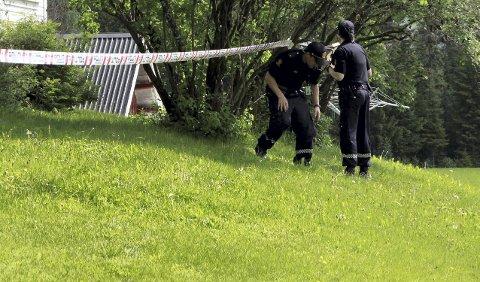 Undersøkelser: Politiet driver fortsatt tekniske undersøkelser på det antatte åstedet for drapet. Foto: Tom Roger Hæhre
