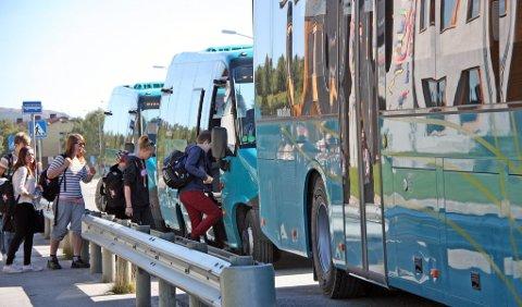 FÆRRE RUTER: Fra og med i dag har AtB kuttet til sammen åtte nye bussavganger i Røros. I praksis betyr det at de heretter stort sett er bare skolerutene som går. ? Avgangene som legges ned er svært lite trafiikert, med et par unntak, sier avdelingsleder for Nettbuss i Røros, Per Matti Svendsen.