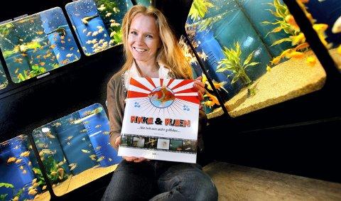 GULLFISKBOK: Anne Kvarvåg har skapt fortellingen om fiskene Rikke og Ruben som får seg en uventet sightseeing på Nedre Romerike, etter at de havner utenfor akvariet på Strømmen Zoosenter.FOTO: TOM GUSTAVSEN