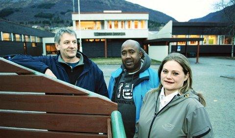 Bokmålsforkjemperne Hallstein Storvik (fra venstre), Mohamed Adow og Emilie Gundby fikk det som de ville. Nå blir u til o i Batnfjord.