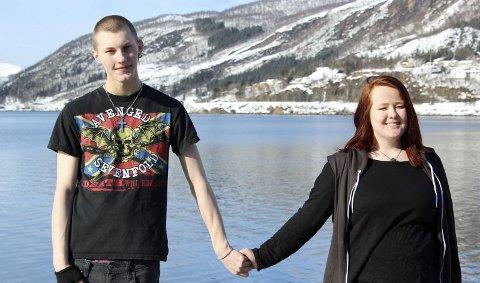 16 og forlovet. Selv om mange mener de er for ung, forlovet Gard Angell Olsen (16) og Maria Andreassen (16) seg i desember i fjor. Foto: Kristine Karlsen