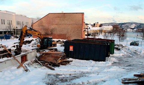 Når branntomta på Vestsida er ferdig ryddet, ønsker eieren, Jacob Aasland, i første omgang å opparbeide en parkeringsplass. Nå har han søkt kommunen om en bruksendring av eiendommen.