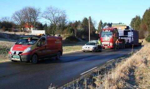 Traileren som fraktet containeren ble fulgt av politiet og en følgebil hele veien fra Voss til Austrheim.