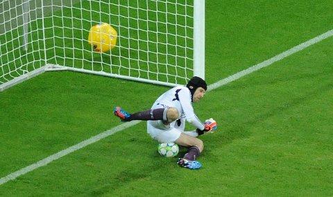 Petr Cech redder straffesparket fra Arjen Robben i ekstraomgangene.