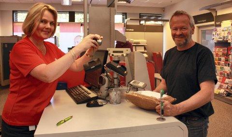 FOTO FOR MINNEALBUM: Eivor Økland har fotografert nesten ett tusen kunder. Den siste hun tok bilde av på avskjedsdagen etter 32 år bak skranken ved Jessheim postkontor var Jon Åge Grøndalen. Nå venter en uønsket «langferie», der hun vil søke jobber. FOTO: KJELL AASUM