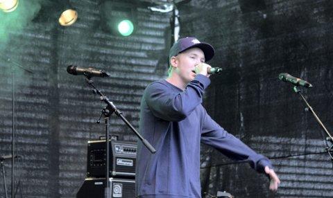 RAPPET: Kai- Remi Berge alias Sneip rappet låten «En nasjon i sorg» på hovedscenen på Jessheim i går. Han gikk på scenen etter Anne Grete Preus og Trond Granlund med band.Foto: Stine Strandhaug