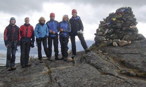 Seks turdeltakere. De ble delt opp i to taulag, og det ene taulaget hadde en snittalder på nesten 70 år. Fra venstre: Are Larsen (57), Kåre Jacobsen (67), Elin Jacobsen (62), Kurth Myrland (67), Regine Myrland (62) og Sigurd Madsen (83).