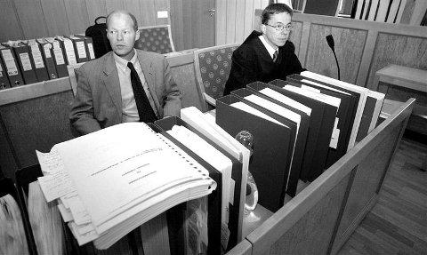 Aktor Hans Tore Høviskeland (til høyre) sammen med spesialetterforsker Per Knut Vistad og litt av alle sakspapirene som dannet grunnlaget for tiltalen mot de to tidligere bedriftslederne.