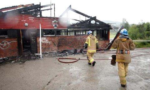 Klubbhuset til Gulset IF i Skien ble mandag morgen totalskadd i brann.