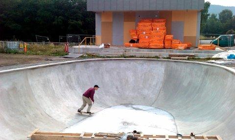 De svenske entreprenørene benyttet sine egene skatboard for å teste ut skatebassenget på Kjølnes fredag.