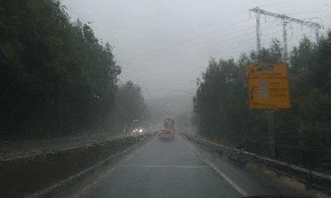 Regnet pøste ned og skapte saktegående trafikk på E-18 mandag ettermiddag.