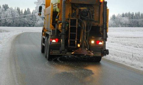MINDRE AV DETTE? Både politikere og Statens vegvesen vil ha langt mindre salting av veiene i Østfold. ILLUSTRASJONSFOTO