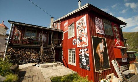 KRÅKESLOTTET: I dette huset på Senja bodde kunstnerne under festivalen Artijuli.