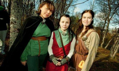 AUTENTISKE: Ingrid Sofie Nymo, Ella Kristine Olsen og Anne Ragnhild Fause stilte i dagens mest gjennomførte vikingkostymer.