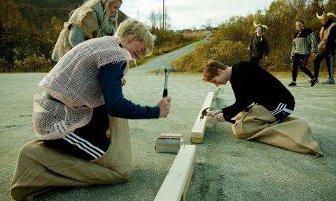 GIR JERNET: Midtveis i sekkehoppstasjonen må bruke hammer og spiker før man kan hoppe videre.
