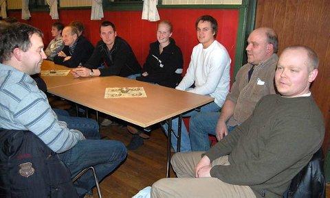 Interessert: De over 140 frammøtte kom fra Vestfold, Telemark og Buskerud. Her er en lokal forsamling bestående av Finn Roligheten (Kvelde) (til venstre ved veggen), Helge Omsland (Kjose), Ragnhild Bærug (Kjose), Anders Torp (Kjose), Bjørnar Bund (Larvik), Egil Strøm (Larvik) og Øyvind Vasbotten (Kjose)