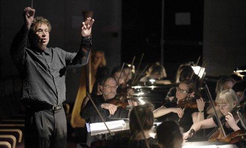 Dirigenten Nicholas Carthy og Helgeland Sinfonietta med gjester spilte Pjotr Tsjajkovskijs musikk.
