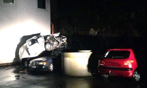 Den stjåle pizzabilen endte opp på en annen bil etter å ha falt utfor et stup på Innlandet. Foto: Håkon Visnes