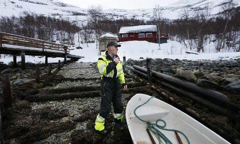Oppgitt. 16 år etter at hytta ble bygget, ville Geir Pedersen bygge en vedbod, bak bygget der bade stampen er. Avslaget ble blant annet begrunnet med at man var redd for smitteeffekten. Begge foto: Tom Melby